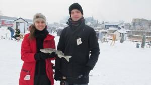 Jusqu'au 31 mars 2015, les pêcheurs urbains peuvent pêcher sur la glace dans le Vieux-Montréal et ramener leurs prises pour souper. ici, Hans Myer et sa tante Isabelle Tétreault, qui ont attrapé un doré dès le début de leur première aventure de pêche sur la glace. SIMON DESSUREAULT/24 HEURES/AGENCE QMI